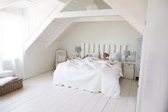 Couples dormant dans la lumière et l'Airy White Bedroom images stock