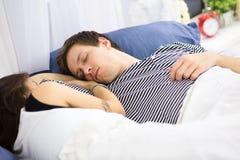 Couples dormant sur le bâti Photos stock