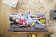 Couples dormant sur le sofa photos libres de droits