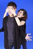 Couples doux à l'arrière-plan bleu Photos stock