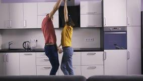 Couples doux étant danse idiote dans la cuisine clips vidéos