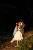 Couples doux étreignant et embrassant sur la forêt de fond Photo stock