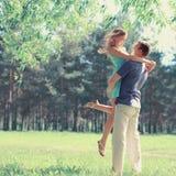 Couples doux dans le jour d'amour au printemps Photographie stock