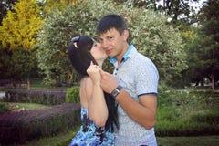 Couples doux embrassant près de la rivière Photo libre de droits