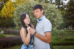 Couples doux embrassant près de la rivière Image libre de droits