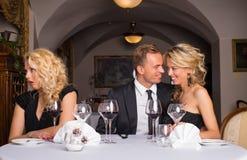 Couples doux ennuyeux obtenant sur leurs nerfs d'amis photo libre de droits