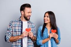 Couples doux, gais, positifs, souriants dans des chemises jugeant smal Photographie stock