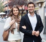 Couples doux heureux marchant dans la ville Image stock