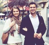 Couples doux heureux marchant dans la ville Photographie stock