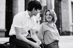Couples doux partageant la musique ensemble Images libres de droits