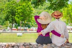 Couples doux reposant et s'embrassant sur les barrières en pierre photo stock