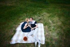 Couples doux se reposant et embrassant en nature Image stock