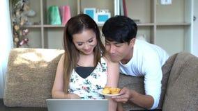 Couples doux utilisant l'ordinateur portable banque de vidéos