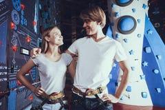 Couples drôles ayant l'amusement dans le parc d'attractions Photographie stock