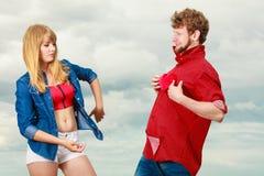Couples drôles dans l'amour jouant avec le coeur rouge extérieur Photographie stock