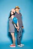 Couples drôles dans l'amour avec des boules le studio Photographie stock libre de droits
