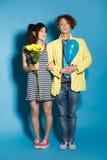 Couples drôles dans l'amour avec des boules le studio photos stock