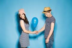 Couples drôles dans l'amour avec des boules le studio photos libres de droits