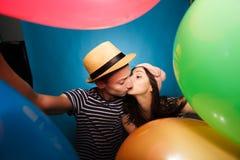 Couples drôles dans l'amour avec des boules le studio photo stock