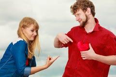 Couples drôles dans l'amour jouant avec le coeur rouge extérieur Photo libre de droits