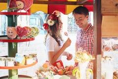Couples drôles dans l'amour riant et regardant sur l'un l'autre Images libres de droits
