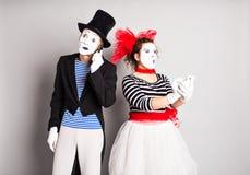 Couples drôles des pantomimes parlant par les téléphones Concept d'April Fools Day Photo stock