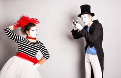 Couples drôles des pantomimes prenant une photo, April Fools Day Photos stock