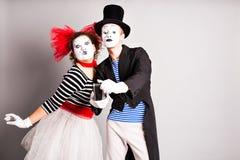 Couples drôles des pantomimes prenant une photo de selfie, April Fools Day Photo libre de droits