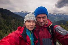 Couples drôles des voyageurs prenant le selfie sur un fond s orageux Images stock