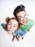 Couples drôles discutant - vue de tir grand-angulaire ci-dessus Photos libres de droits