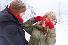 Couples drôles en hiver dehors Image libre de droits