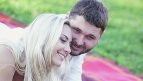 Couples drôles sur le pique-nique clips vidéos