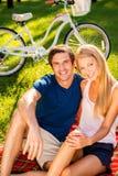 Couples détendant en stationnement Image stock