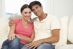 Couples détendant sur Sofa At Home Together Photographie stock