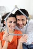 Couples effectuant la forme de maison images libres de droits