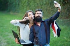 Couples effectuant la photo image stock