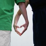 Couples effectuant un coeur avec leurs mains Images stock