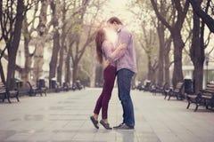Couples embrassant à l'allée dans la ville. Photos stock