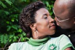 Couples embrassant à l'extérieur Images libres de droits