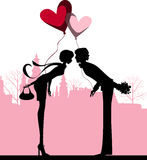 Couples embrassant au-dessus de la ville. Images stock