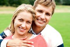 Couples embrassant dans l'amour. En collant et rectifiez l'amour Image libre de droits