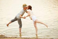Couples embrassant dans l'eau du lac Images stock