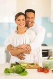 Couples embrassant dans la cuisine Image stock