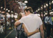 Couples embrassant dans la Reine Victoria Market photos stock