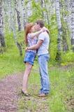 Couples embrassant dans les bois Photos libres de droits