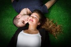 Couples embrassant dans une herbe verte Images libres de droits