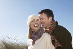 Couples embrassant dehors image libre de droits