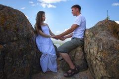Couples embrassant en montagnes Photo libre de droits