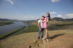 Couples embrassant en montagnes Photo libre de droits