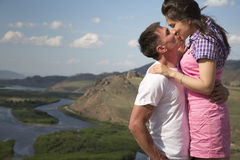 Couples embrassant en montagnes Photographie stock libre de droits
